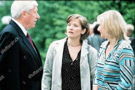 'Bob & Rose' TV - 2001 -  From Left:-William (John Woodvine),  Holly (Jessica Stevenson [Hynes]) and Rose (Lesley Sharp).