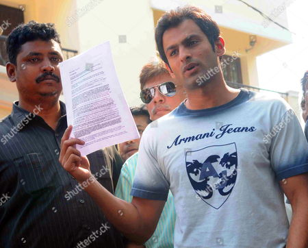 Pakistani Cricket Player and Ex-captain Shoaib Malik (r) Briefs the Media Outside Sania Mirza's House About His Marriage to Indian Tennis Star Which Will Be Held on 15 April in the Southern Indian City of Hyderabad 04 April 2010 the Pakistani Cricketer Claimed That He was Emotionally Forced Into the 'Telephone Nikah' (wedding on Telephone) with the Hyderabad Girl Ayesha Siddiqui the Indian Girl Claiming to Be His Wife India Hyderabad