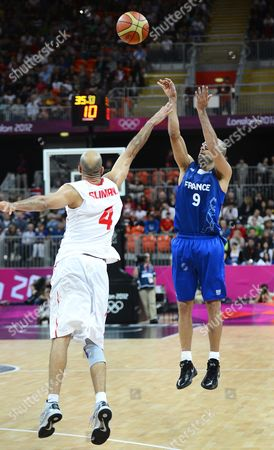 France's Tony Parker (r) Takes a Shot Over Tunisia's Radhouane Slimane in the Second Half of Their Game at the London 2012 Olympic Games Basketball Competition London Britain 04 August 2012 United Kingdom London