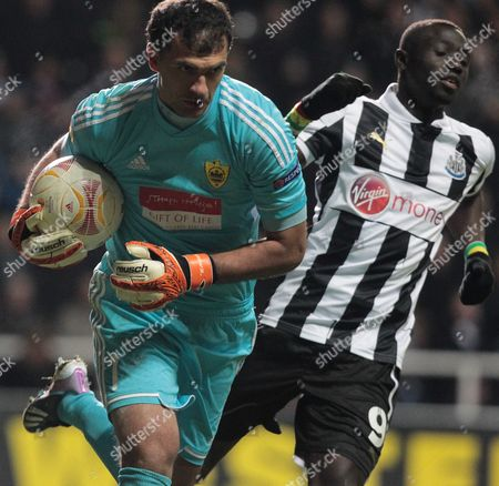 Newcastle's Papiss Cisse (r) Fails to Beat Anzhi Makhachkala Goal Keeper Vladimir Gabulov During Their Europa League Round of 16 Second Leg Soccer Match at the Saint James' Park Stadium in Newcastle Britain 14 March 2013 United Kingdom Newcastle