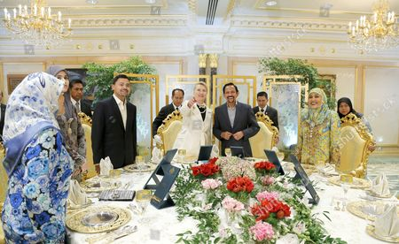 Us Secretary of State Hillary Clinton (c-l) with His Majesty Sultan Haji Hassanal Bolkiah Muizzaddin Waddaulah (c-r) Sultan and Yang Di-pertuan of Brunei Darussalam Her Majesty Raja Isteri Hajah Saleha (r) Crown Prince Haji Al-muhtadee Billah (3-l) and Pengiran Anak Isteri Pengiran Sarah (2-l) Pose Prior to Their Dinner at the Istana Nural Iman Palace in Bandar Seri Begawan 06 September 2012 Others Are not Identified Clinton Will Be in the Sultanate on 06 to 07 September to Meet Senior Officials and Discuss About Brunei's 2013 Chairmanship of Asean As Well As to Emphasise the Importance of the 'Increasingly Vibrant Us-brunei Relationship ' Clinton's Visit to Brunei Will Be the Last Part of Her Series of Visits Which Has Included the Cook Islands Followed by Indonesia China Timor-leste and Then on to Russia Epa/stringer Brunei Darussalam Bandar Seri Begawan