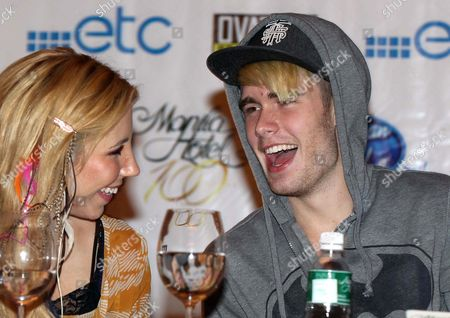 Top 10 Finalists in the Season 11 of American Idol Colton Dixon (r) Laughs with Elise Testone (l) in a Press Briefing at the Manila Hotel Philippines 18 September 2012 the Top 10 Finalists in Season 11 of the Reality Singing Show 'American Idol' Are in Manila For a One-night Concert Entitled 'American Idol Live! Tour 2012' Philippines Manila