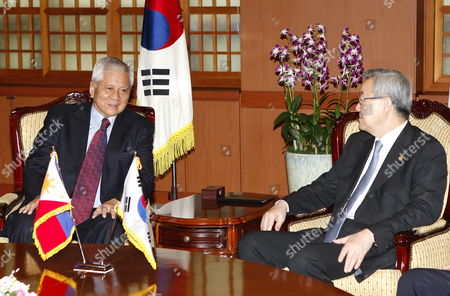 Filipino Foreign Minister Albert Del Rosario (l) Talks with South Korea Foreign Minsiter Kim Sung-hwan (r) During Their Meeting at the Ministry of Foreign Affairs and Trade in Seoul South Korea 30 August 2012 Filipino Foreign Minister Albert Del Rosario Arrived in Seoul For a Two Day Visit Korea, Republic of Seoul