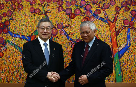 Filipino Foreign Minister Albert Del Rosario (r) Shakes Hands with South Korea Foreign Minsiter Kim Sung-hwan (l) During Their Meeting at the Ministry of Foreign Affairs and Trade in Seoul South Korea 30 August 2012 Filipino Foreign Minister Albert Del Rosario Arrived in Seoul For a Two Day Visit Korea, Republic of Seoul