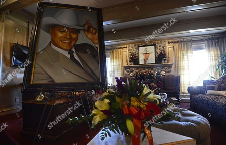 A Picture of Larry Hagman Sits in the Main Room Inside the Mansion at Southforkranch where the Tv Series Dallas was Based Off of and Partly Filmed in the 1970's in Parker Texas Usa 24 November 2012 Us Actor Larry Hagman Died at the Age of 81 at Medical City Hospital in Dallas Texas Larry Hagman was Known Best For His Role As J R Ewing on the Television Series Dallas United States Parker