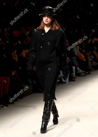 A Model Presents a Creation by South Korean Designer Song Zio During the 2013 Fall/winter Seoul Fashion Week in Seoul South Korea 25 March 2013 Some 70 Designers Showcase Their Collections During the Event That Runs From 25 to 30 March Korea, Republic of Seoul