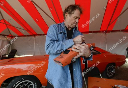 Us Actor Tom Wopat of the Television Show the Dukes of Hazzard Signs Model of the 'General Lee' For a Fan During a Reunion at the Old Middle Georgia Speedway in Byron Georgia Usa 09 March 2013 the Dukes of Hazzard Aired on Cbs From 1979 to 1985 and was Based on the Fictional Hazzard County Georgia Wopat Played Luke Duke on the Show United States Byron