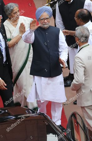 Indian Prime Minister Manmohan Singh (c) and His Wife Gursharan Kaur (l) Greet People As They Leave the Red Fort After His Traditional Speech From the Ramparts on Indian Independence Day in New Delhi India 15 August 2012 Prime Minister Singh Hoisted the National Flag at the Red Fort to Mark India's 66th Independence Day and Said Lack of Political Consensus on Many Issues is Affecting India's Rapid Economic Growth India New Delhi