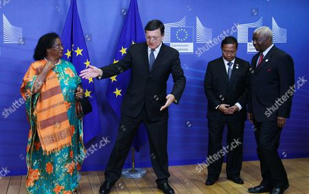 European Commission President Jose Manuel Barroso Welcomes (l-r) Joyce Banda President of Malawi Armando Emilio Guebuza Philippines Vice President Jejomar Binay Armando Emilio Guebuza President of the Republic of Mozambique Prior to a Dinner at the European Commission Headquarters in Brussels Belgium 15 Ocotober 2012 Ahead of the Development Days 2012 the European Development Days is a Forum Organised by the Commission Which Will Focus on Key Themes on the Development Agenda - Agriculture Food Security and Resilience Social Protection and Inequality and the Role of the Private Sector Belgium Brussels