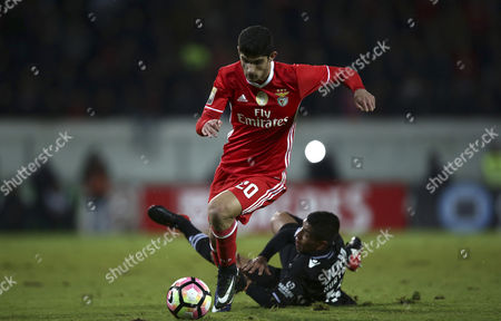 Vitoria Guimaraes's Paolo Hurtado (R) fights for the ball with Goncalo Guedes of Benfica during the Portuguese League Cup soccer match held at D. Afonso Henriques stadium, in Guimaraes, Portugal, 10 January 2017.