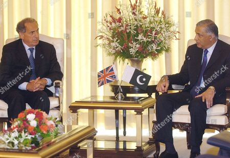 Pakistani Prime Minister Shaukat Aziz (r) Welcomes Britain's Foreign Office Minister Kim Howells in Islamabad On Thursday 07 September 2006