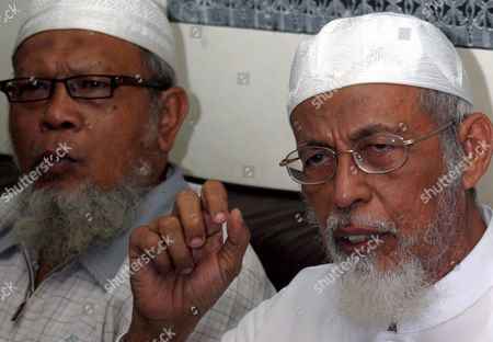 Indonesian Muslim Cleric Abu Bakar Bashir (r) Accompanied by the Head of Ngruki Islamic Boarding School Wahyuddin Talks to Journalists During a Press Conference in Solo Central Java On Friday 22 December 2006 the Supreme Court On Thursday 21 December 2006 Overturned a Conviction Against Cleric Abu Bakar Ba'asyir On Conspiracy Charges in the 2002 Bali Bombings the Verdict Clears His Name Since He Has Already Served His Two and a Half Year Sentence