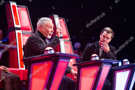 Tom Jones and Gavin Rossdale - Max Vickers performs You Can Call Me Al by Paul Simon. Gavin turns his chair. Tom tries, but it is too late