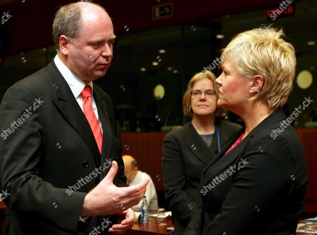 Finnish Finance Minister Eero Heinaluoma (l) Chats with Norwegian Finance Minister Kristin Halvorsen (r) at the European Union Headquarters in Brussels Tuesday 07 November 2006