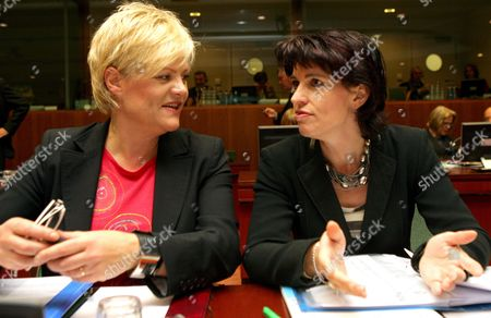Norwegian Finance Minister Kristin Halvorsen (l) Chats with the Swiss Head of the Federal Department of Economic Affairs Doris Leuthard (r) at the European Union Headquarters in Brussels Tuesday 07 November 2006