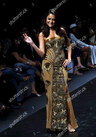 Bollywood Star Amrita Arora Wearing an Outfit by Designer Nallandda Bhandari During the Last Day of Lakme Fashion Week in Bombay India On Saturday 04 November 2006