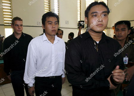 Australian Matthew Norman (l) Tan Duc Thanh Nguyen (r) and Si Yi Chen (c) Three of Six Australian Members of the 'Bali Nine' On Death Row Escorted by Court Officer After Their Judicial Review Trial at Denpasar District Court in Bali Indonesia On 09 May 2007 Lawyers Are Arguing That Indonesia's Supreme Court Was Wrong When It Upgraded Their Sentences From 20 Years' Jail to the Death Penalty
