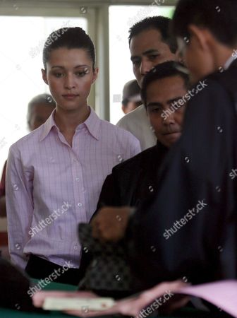 Australian Michelle Leslie (l) Takes a Look at the Evidence As Prosecutors Show Her the Bag in Which the Ecstasy Was Found During Her Trial at a Denpasar District Court in Bali Indonesia On Tuesday 01 November 2005 Leslie a Model Was Arrested in Bali After Police Said They Found the Party Drug Ecstasy in Her Bag Indonesia Denpasar