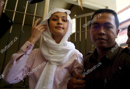 Australian Michelle Leslie (l) is Escorted by a Court Officer to the Courtroom For Her Trial at a Denpasar District Court in Bali Indonesia On Tuesday 01 November 2005 Leslie a Model Was Arrested in Bali After Police Said They Found the Party Drug Ecstasy in Her Bag Indonesia Denpasar
