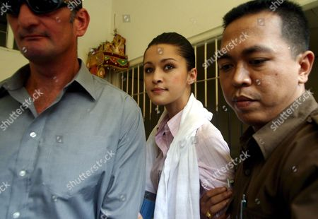 Australian Michelle Leslie (c) Escorted by Court Officer to a Courtroom For Her Trial at Denpasar District Court in Bali Indonesia On Tuesday 15 November 2005 Prosecutors Asked a Court to Sentence Leslie to Three Month Jail Leslie a Model Was Arrested in Bali After Police Said They Found the Party Drug Ecstasy in Her Bag