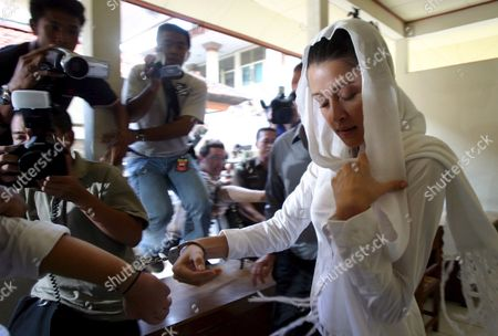 Australian Michelle Leslie Tries to Hide From Journalist As She Arrives at Denpasar District Court in Bali Indonesia For Her First Trial On Friday 28 October 2005 Leslie a Model Was Arrested in Bali After Police Said They Found the Party Drug Ecstasy in Her Bag