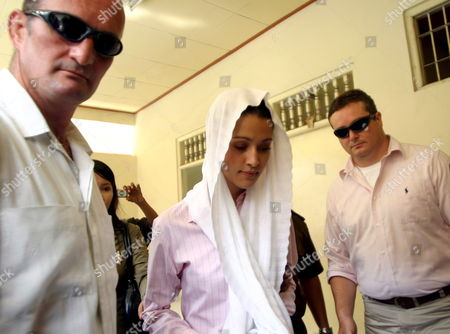Australian Michelle Leslie (c) Arrives at Denpasar District Court in Bali Indonesia For Her Trial On Tuesday 01 November 2005 Leslie a Model Was Arrested in Bali After Police Said They Found the Party Drug Ecstasy in Her Bag