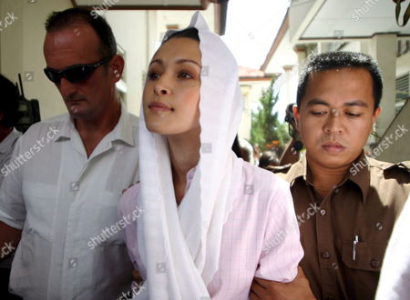 Australian Michelle Leslie (c) is Escorted by Court Offices As She Arrives at Denpasar District Court in Bali Indonesia For Her Trial On Tuesday 01 November 2005 Leslie a Model Was Arrested in Bali After Police Said They Found the Party Drug Ecstasy in Her Bag