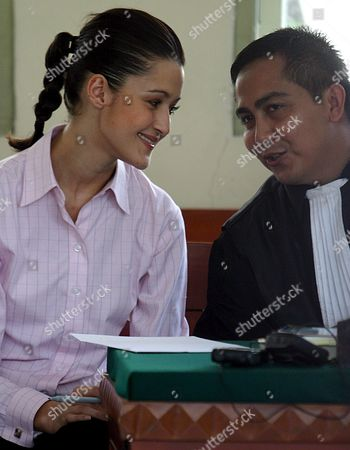Australian Michelle Leslie (l) Smiles As She Talks to Her Lawyer (no Name Available) During Her Trial at a Denpasar District Court in Bali Indonesia On Tuesday 01 November 2005 Leslie a Model Was Arrested in Bali After Police Said They Found the Party Drug Ecstasy in Her Bag