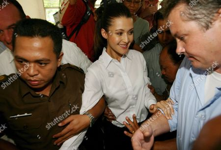 Australian Michelle Leslie (c) Smiles As She is Escorted by a Court Officer After Her Verdict Trial at Denpasar District Court in Bali Indonesia On Friday 18 November 2005 Indonesian Judges Sentenced Leslie to Three Month in Jail Leslie a Model Was Arrested in Bali After Police Said They Found the Party Drug Ecstasy in Her Bag