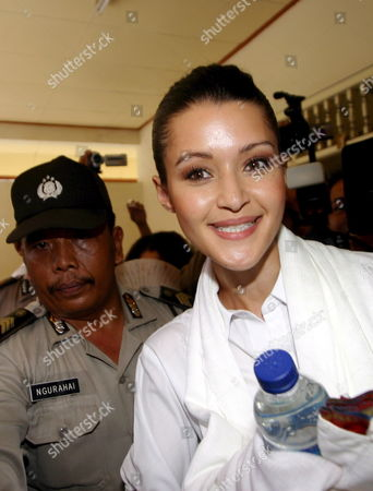 Australian Michelle Leslie (r) Smiles As She Arrives For Her Verdict Trial at Denpasar District Court in Bali Indonesia On Friday 18 November 2005 Indonesian Judges Sentenced Leslie to Three Month in Jail Leslie a Model Was Arrested in Bali After Police Said They Found the Party Drug Ecstasy in Her Bag