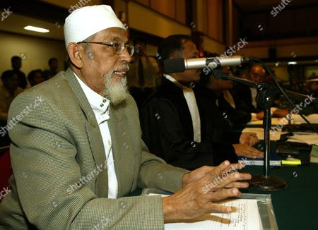 Indonesian Muslim Cleric Abu Bakar Ba'asyir Talks to Judges Shortly After American Frederick Burks a Former Translator For the Us Foreign Ministry Gave His Testimony During a Trial at South Jakarta's Court in Indonesia 13 January 2005 Burks Told the Court That Us President George W Bush Once Demanded the Alleged Teror Suspect Abu Bakar Ba'asyir Be Secretly Handed Over to Washington Authorities
