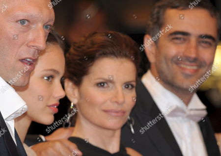Cast and Crew Members Including Director Heitor Dhalia (r) French Actor Vincent Cassel (l) French Actress Laura Neiva (2nd L) Brazilian Actress Debora Bloch (2nd R) Arrive For the Gala Screening For the Film 'A Deriva' Running out of Competition in the 62nd Edition of the Cannes Film Festival in Cannes France 21 May 2009