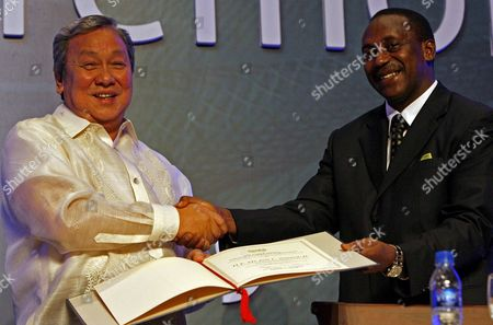 United Nations Industrial Development Organization (unido) Director-general Kandeh Yumkella (r) Shakes Hands with Philippine Environment Secretary Lito Atienza (l) While Handing a Token of Appreciaton at the Opening Ceremony of the International Conference On Green Industry in Asia in Manila Philippines On 09 September 2009 the Philippines is Hosting the International Conference On Green Indsutry in Asia Which Aims to Produce a Ministerial Declaration That Will Feature a Mechanism For the Regular Review of Progress Towards the Transition to Resource-efficient and Low-carbon Industries