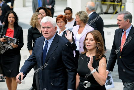 Former Talk Show Host Phil Donuhue (l) and Wife Marlo Thomas Exit the Memorial Service For the Long Time Cbs News Anchor Walter Cronkite at Lincoln Center in New York Usa 09 September 2009