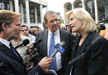 Abc News Anchor Charlie Gibson (c) and Abc News Correspondent Diane Sawyer (r) Speak with the News Media After Attending the Memorial Service For the Long Time Cbs News Anchor Walter Cronkite at Lincoln Center in New York Usa 09 September 2009
