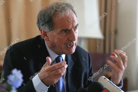 British Foreign Office Minister Kim Howells Gestures During a Press Conference in Amman Jordan Monday 24 July 2006 Howells Said Hezbollah Has to Either Be Persauded Or Forced to Give Up Its Arms and Start Behaving Like a Democratic Organization Within a Democratic Lebanon