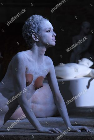 Performance Sculpture VB62 by Vanessa Beecroft.
