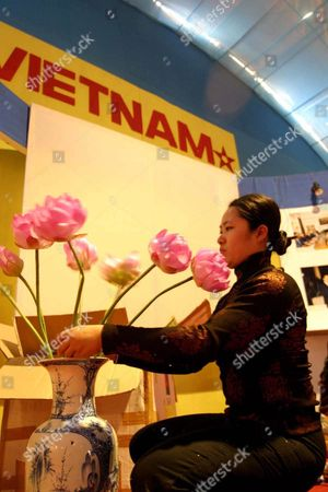 Ha Phuong Lam Decorates the Vietnamese Stand with Flowers at the 17th Industrial India Trade Fair in Calcutta On Saturday December 20 2003 More Than 700 Participants Fromaround the World Are Taking Part in the Fair Which Runs From 9 to 31 December 2003 the Bengal National Chamber of Commerce and Industry Organised the Fair Jointly with the Goverenment of West Bengal and the India Trade Promotion Organisation
