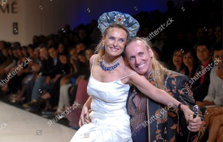 Stock Picture of Australian Author Gregory David Roberts (r) and His Wife Francoise Sturdza Take to the Catwalk During the 'Mai Mumbai' (my Mumbai) Show at the Lakme India Fashion Week Autumn/winter 2009 in Mumbai India 28 March 2009 'Mai Mumbai' is a Show of Solidarity Against the Mumbai Terror Attacks of 26 November 2009 by 27 Acclaimed Indian Designers and 21 International Designers Including Ysl Vuitton Dolce & Gabbana Versace with Shoes by Manolo Blahnik Around 65 Designers Participate in the 10th Year of Lfw 2009 Lfw is a Five Day Event That Runs From 27 to 31 March 2009