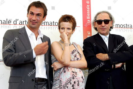 Italian Actors Fabrizio Gifuni (l) and Sonia Bergamasco (c) and Compatriot Singer Songwriter and Musician Franco Battiato in the Role of Movie Director and Screenwriter Pose For a Photo at the End of the Press Conference of Battiato's Film 'Musikanten' Starred by Director Alejandro Jodorowsky in the Role of Ludwig Van Beethoven Held on Sunday 04 September 2005 the Film Will Be Presented out of Competition at the 62nd International Exhibition of Cinema Art Better Known As Venice Film Festival Italy Venice, Ita