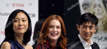 Us Actress and Cast Member Julianne Moore (c) and Japanese Cast Members Yoshino Kimura (l) and Yusuke Iseya React During a Press Event Promoting Brazilian Director Fernando Meirelles Latest Movie 'Blindness' in Tokyo Japan 20 October 2008 the Movie Will Hit Japanese Screens From 22 November