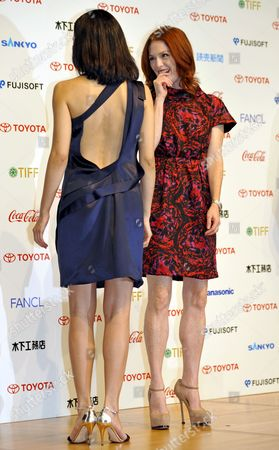 Us Actress and Cast Member Julianne Moore (r) Smiles As Japanese Cast Member Yoshino Kimura Shows Off Her Dress During a Press Event Promoting Brazilian Director Fernando Meirelles Latest Movie 'Blindness' in Tokyo Japan 20 October 2008 the Movie Will Hit Japanese Screens From 22 November