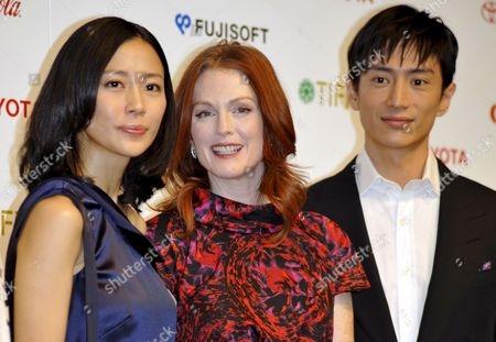 Us Actress and Cast Member Julianne Moore (c) Poses with Japanese Cast Members Yoshino Kimura (l) and Yusuke Iseya During a Press Event Promoting Brazilian Director Fernando Meirelles Latest Movie 'Blindness' in Tokyo Japan 20 October 2008 the Movie Will Hit Japanese Screens From 22 November