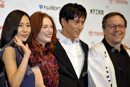 Us Actress and Cast Member Julianne Moore (2nd L) Poses with Japanese Cast Members Yoshino Kimura (l) and Yusuke Iseya (2nd R) During a Press Event Promoting Brazilian Director Fernando Meirelles (r) Latest Movie 'Blindness' in Tokyo Japan 20 October 2008 the Movie Will Hit Japanese Screens From 22 November