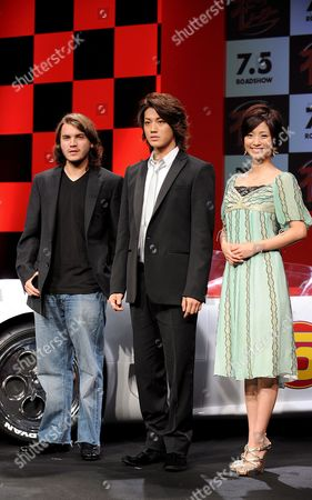Us Actor Emile Hirsch (l) Star of the Us Film Speed Racer Poses with Japanese Actor Jin Akanishi (c) and Actress Aya Uedo (r) Whose Voices Were Used in Dubbing of the Japanese Version of the Film Speed Racer at a Hotel in Tokyo 30 June 2008 the Film Opens in Theaters in Japan From July 5