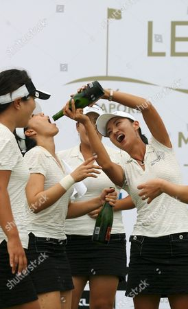 Team Asia's Captain Grace Park (r) From South Korea Pours Champagne On Fellow Teammate Joo Mi Kim (2nd L) While Jee Young Lee (behind C) and Other Teammates Celebrate After Her Team Won the Lexus Cup Golf Tournament by One Point Against Team International Led by Sweden's Annika Sorenstam at the Tanah Merah Country Club in Singapore On Sunday 17 December 2006