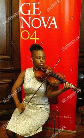 New York Jazz Violinist Regina Carter Plays On the Priceless Paganini Guarneri Del Gesu Violin at a Press Conference Monday 03 November 2003 at the Italian Cultural Institute in New York the Violin Which is Genoa National Treasure Was Owed by Italy's Famous Violinist Niccolo Paganini