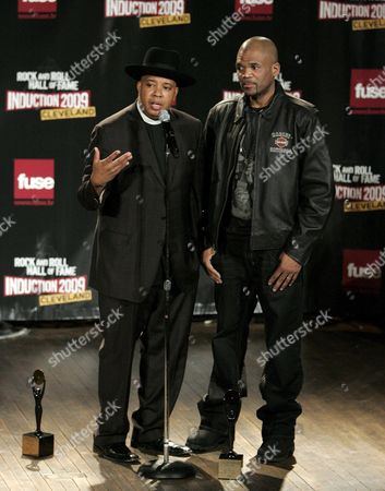 Rock and Roll Hall of Fame Inductees Run-d M C Members; Joseph 'Reverend Run' Simmons (l) and Darryl 'D M C ' Mcdaniels (r) Appear Backstage During the Rock and Roll Hall of Fame Induction Ceremony in Cleveland Ohio Usa 04 April 2009 This Year's Inductees Are Jeff Beck Bill Black Dj Fontana Wanda Jackson Little Anthony and the Imperials Metallica Run-d M C Spooner Oldham and Bobby Womack