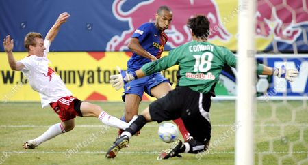 Barcelona's Thierry Henry (c) Tries to Score Against the Red Bulls' Chris Leitch (l) and Jon Conway (r) During the First Half of the Game Between the New York Red Bulls and Fc Barcelona As Part of Fc Barcelona's Tour of the United States at Giants Stadium in East Rutherford New Jersey Usa 06 August 2008 Barcelona Won 6-2