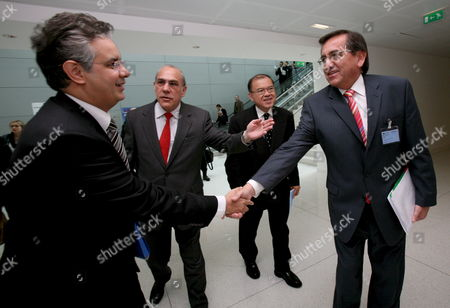 Peruvian Prime Minister Jorge Del Castillo (r) Greets Moroccan Minister For Economic and General Affairs Nizar Baraka (l) Introduced by Secretary General of Organization For Economic Cooperation and Development (oecd) Angel Gurr?a (2-l) and Secretary General of the United Nations Conference On Trade and Development (unctad) Supachai Panitchpakdi (2-r) During the Annual Global Forum at the Oecd Headquarter in Paris France 27 March 2008 the Theme of This Year's Forum is 'Best Practices in Promoting Investment For Development: Pursuing a Common Agenda'